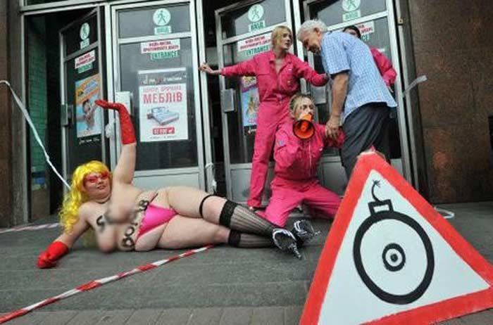 Движения  Femen Секс-бомбу под Евро-2012