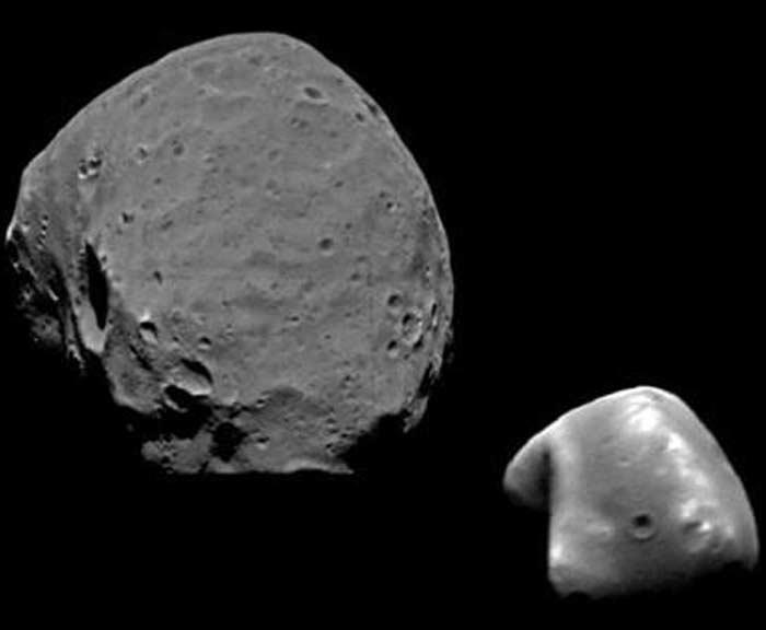 Марс имеет 2 спутника