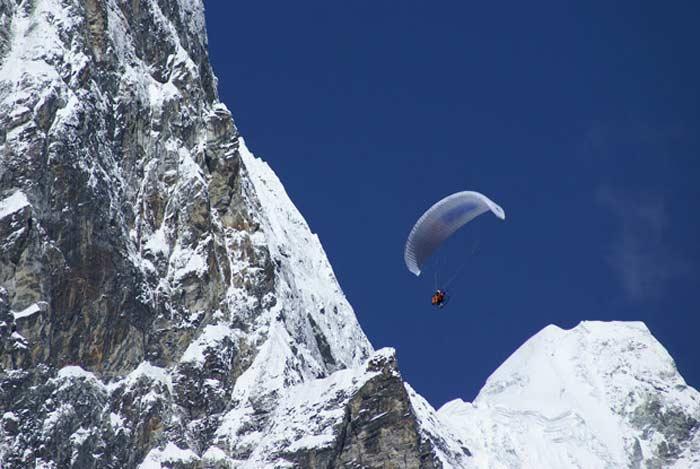 Беар гриллс над Гималаями на параплане