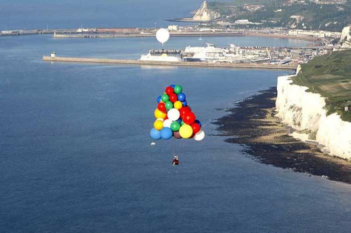 Джонатан Трапп впервые в истории сумел пересечь Ла-Манш, используя воздушные шары