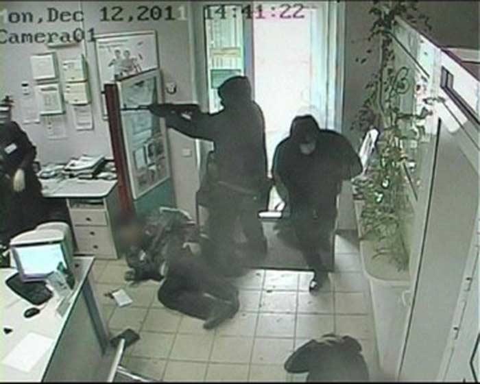 совершили ограбление банка