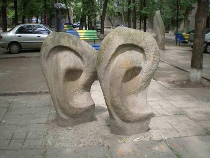 Памятник ушам (ул. Данилевского, 14)