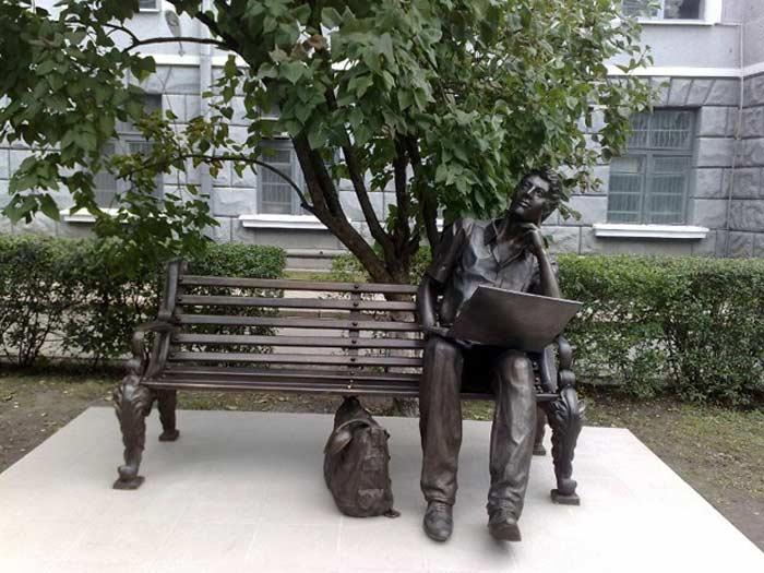 Памятник студенту-программисту (просп. Ленина, 14)