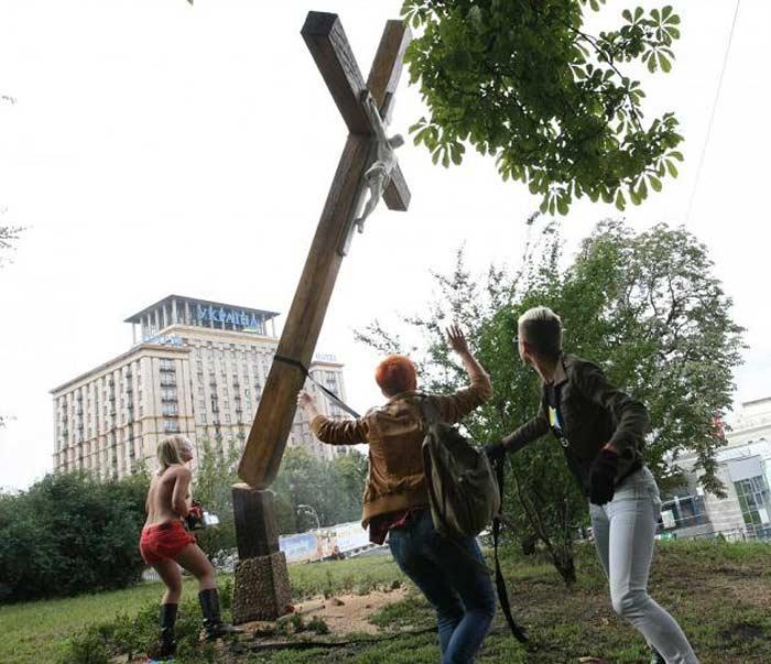Движения  Femen Пизда ВВPussyну