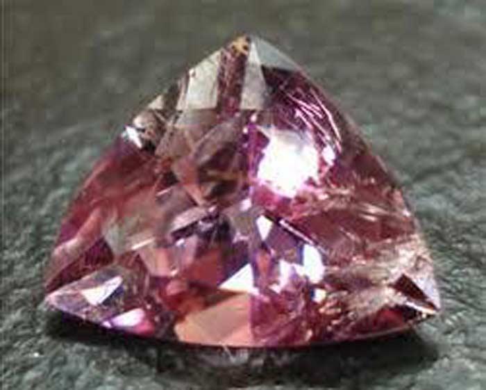 Поудреттеит — этот минерал бледно-розового цвета известен с 1987 года