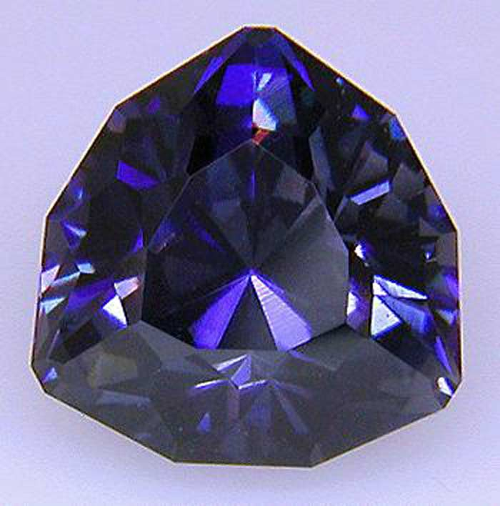 Бенитоит — минерал насыщенного синего цвета,