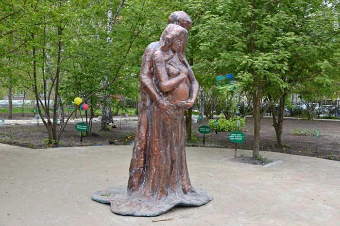 Памятник беременной женщине на Аллее семьи  в Новосибирске