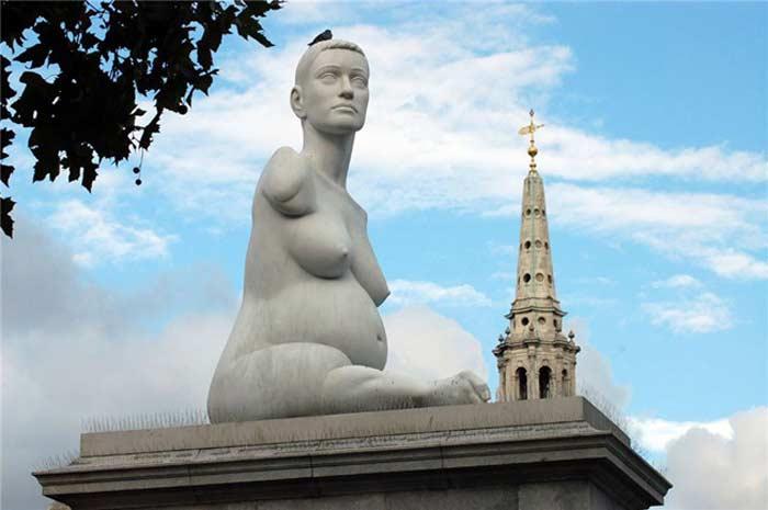 Памятник Элисон Лаппер на Трафальгарской площади  Лондона