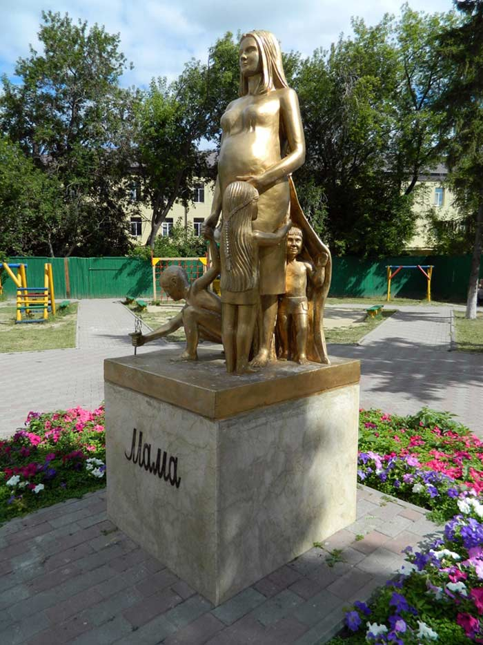 Памятник «Материнство» в Тюмени