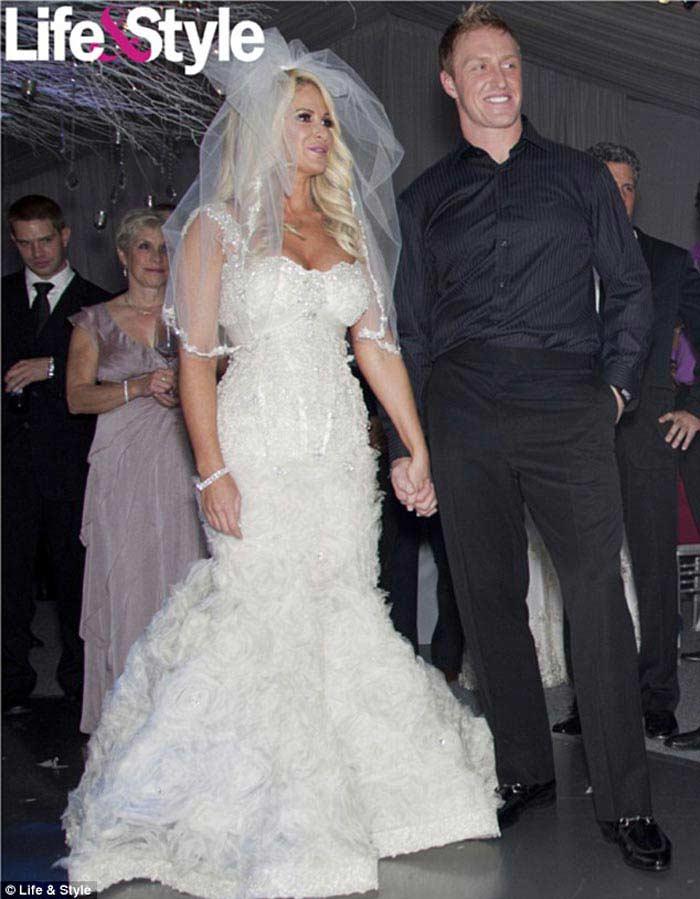 Свадебное платье «Бараччи» от модельного дома Beverly Hills, 58 000 долларов (Ким Золсиак)