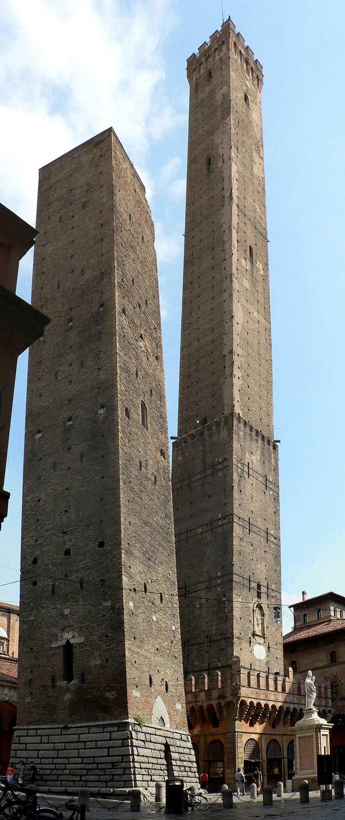 Две башни Болоньи, Италия