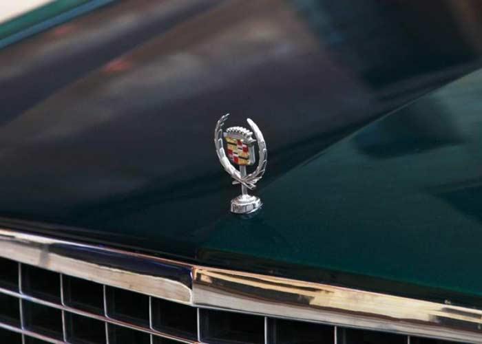 Эмблема на капоте Cadillac
