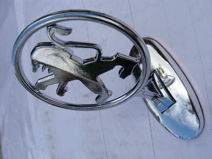 Эмблема на капоте Peugeot