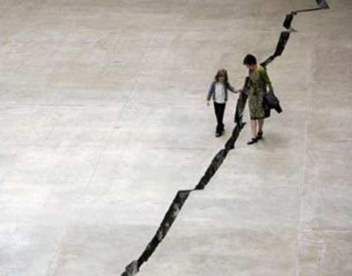 Трещина в полу лондонской галереи Tate Modern (Шибболет)